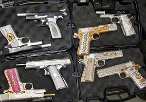 В Мексике изъяли партию инкрустированного бриллиантами оружия