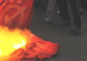 Противники коммунистов сожгли флаг КПУ в центре Киева: есть задержанные с обеих сторон