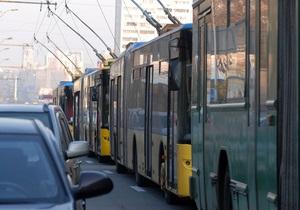 В Киеве неправильно припаркованный внедорожник перекрыл движение троллейбусов