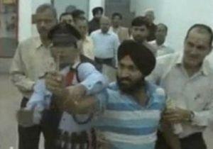 В Индии протестующий дал пощечину министру сельского хозяйства