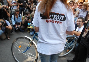 Фотогалерея: Украина с седлом. Журналисты подарили Януковичу велосипед
