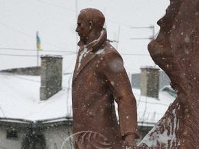 МВД: Гранитную плиту с памятника Бандере в Тернополе никто не крал