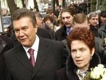 Янукович купил жене тарелку