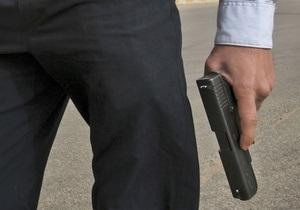 В киевском супермаркете неизвестный угрожал пистолетом, требуя включить все кассы