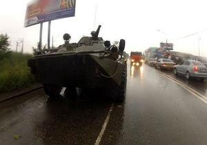 В Красноярске полицейская машина столкнулась с БТР