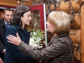 Жена Виктора Ющенко встретилась с девушкой Бонда