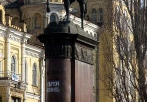 В Киеве неизвестные  переименовали  памятник Щорсу