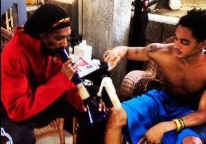 Сын Снуп Догга выложил фото, на которых они с отцом крутят марихуану
