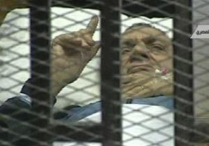 Суд над Мубараком был прерван. Внутри и снаружи здания произошли потасовки