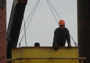 В Киевской области при падении крана на стройке погибли двое рабочих