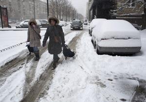 В Москве автомобили, деревья и пешеходные дорожки покрываются коркой льда