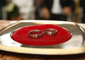 СМИ: Продавцы на рынке Троещина заключают фиктивные браки для получения гражданства Украины