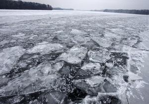 В России пятилетний ребенок полчаса держал зубами за капюшон сестру, провалившуюся под лед