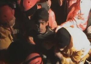 В Турции спустя 108 часов после землетрясения из-под завалов спасли подростка