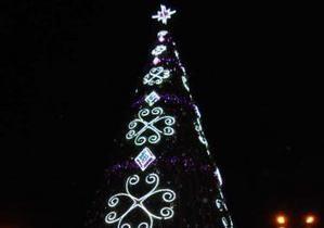 В Херсоне до сих пор не могут убрать новогоднюю елку
