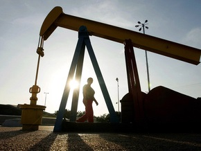 Цены на нефть несколько поднялись после сокрушительного падения