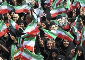 Ахмадинежад посетил спорный остров. ОАЭ отозвали посла в Иране
