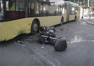 В Киеве мотоциклист разбился о троллейбус