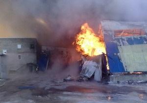 На Луганском гофротаровом комбинате продолжает бушевать пожар. Неизвестна судьба двоих человек