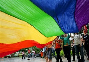 Исследование: В Украине 20 тысяч подростков практикуют однополый секс