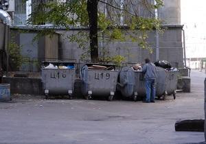 В Киеве дворник забросил мусор обратно в машину к женщине, приехавшей из другого района