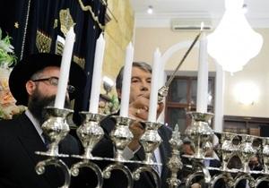 Ющенко зажег ханукальную свечу в одесской синагоге