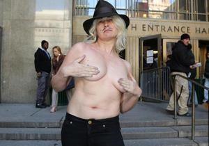 В Нью-Йорке женщинам официально разрешили ходить по улицам с обнаженной грудью