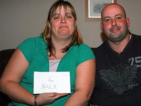 Продавая свою жену, британец нашел десять покупателей