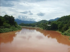 Воды реки Памбак в Армении приобрели красный оттенок
