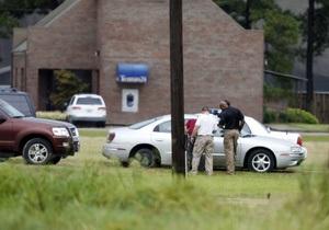 В США вооруженный мужчина удерживает заложников в здании банка. Полиция ведет переговоры