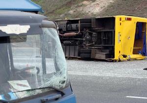 В Донецкой области грузовик столкнулся с автобусом: 12 пострадавших