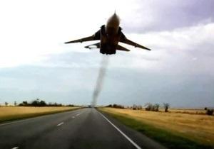 В России Су-24 пролетел в нескольких метрах над автотрассой