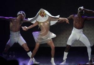 Lady GaGa шокировала публику нарядом монахини-стриптизерши
