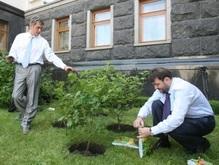 У Ющенко пропали три лопаты