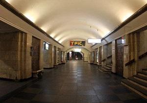 Юноша, упавший на рельсы на станции Крещатик, остался жив