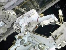 Астронавты Endeavour завершили первую космическую прогулку
