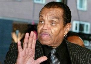 Отец Майкла Джексона подает в суд на личного врача певца