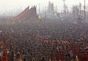 Миллионы паломников совершают омовение в Ганге