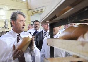 Любимые блюда кандидатов: Ющенко готовит казацкую кашу, а Тигипко жарит хлеб на костре