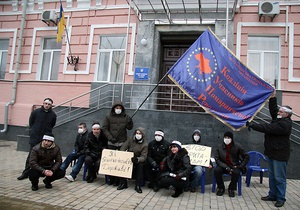 Активисты КУПР объявили суточную голодовку у столичного управления МВД
