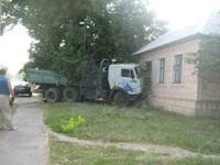 В Луганске КамАЗ врезался в жилой дом