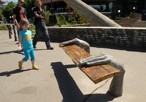 Фотогалерея: Модные скамейки. В центре Киева открылся парк современной скульптуры
