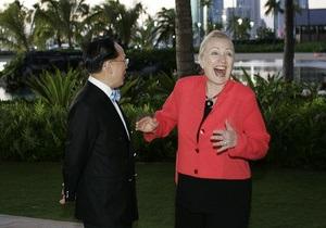 Гавайский сюрприз для Клинтон: Госсекретаря США рассмешил полуобнаженный факелоносец