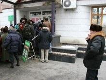 Львовская милиция разогнала толпу пенсионеров у Ощадбанка