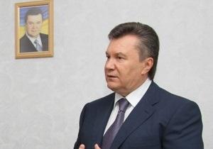 Янукович рассказал, почему подписал закон о красном флаге