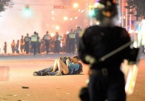 Любовь во время погрома: фото целующейся пары во время беспорядков в Ванкувере облетело весь мир