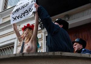 Полуголая активистка FEMEN  напала  на Посольство Египта