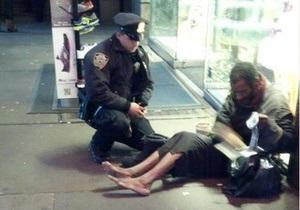 Обутый полицейским бомж спрятал подаренные ботинки и снова ходит босиком
