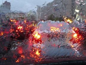 Сильный дождь парализовал движение в Москве