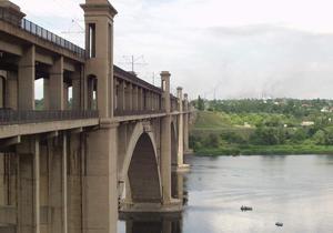 В Запорожье двое мужчин прыгнули с моста в Днепр на спор: один погиб, другой госпитализирован